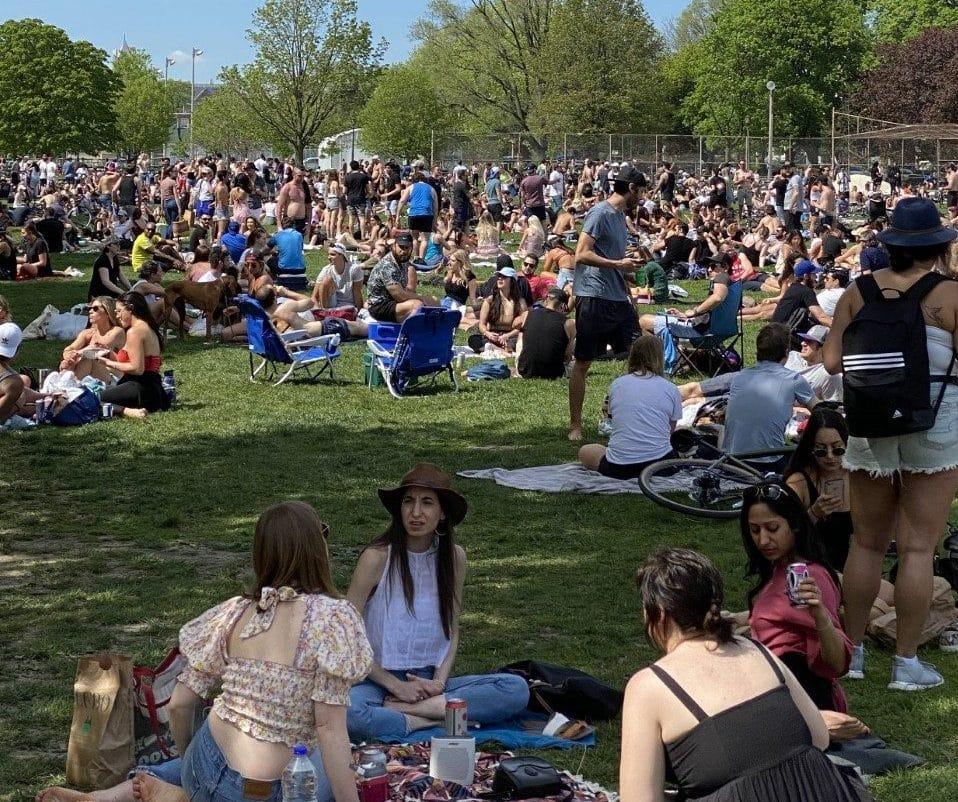 مخالفات تورنتو فى الحدائق لمن لم يعمل بقوانين التباعد الجسدي