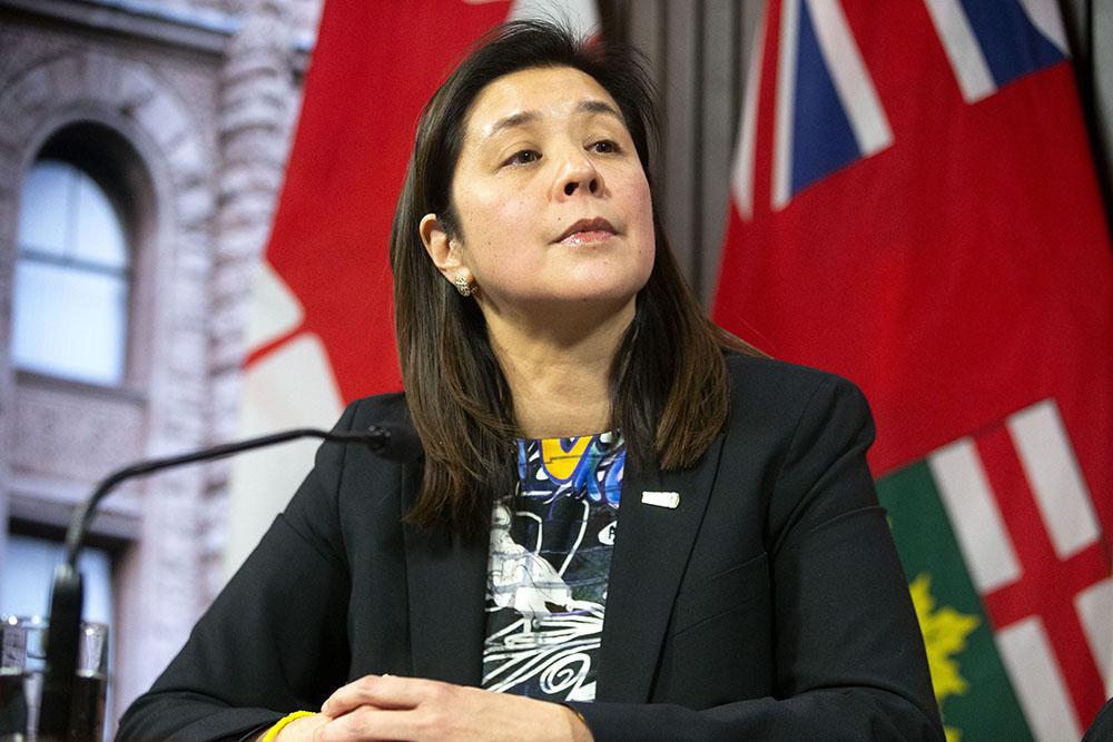 إلى متى سيستمر التباعد الجسدي أسئلة و إجابات من مسئولة الصحة في تورنتو عن COVID-19