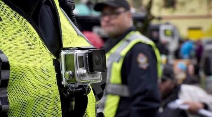 سعى ترودو لتنفيذ فكرة تعليق كاميرات لدى عناصر الشرطة