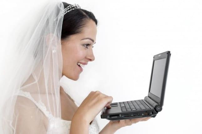 إدارة الهجرة الكندية توضح موقفها من الزواج عبر الإنترنت أو الوكالة