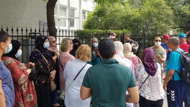 جزائريون يتظاهرون أمام سفارتهم في مونتريال مطالبين بالعودة إلى بلدهم