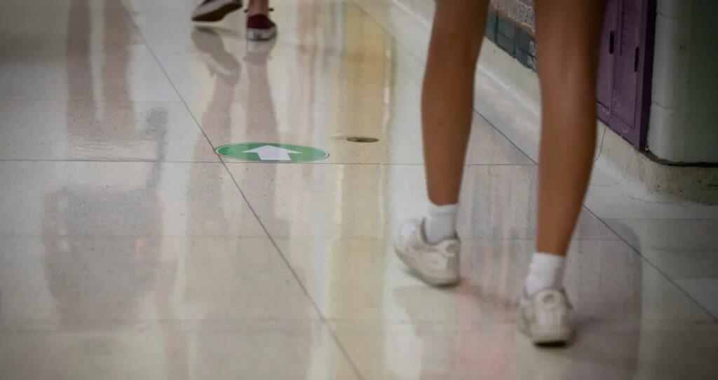 تحذير الخبراء بعدم ذهاب الأطفال المرضى إلى المدرسة حتى مع الإختبار السلبى