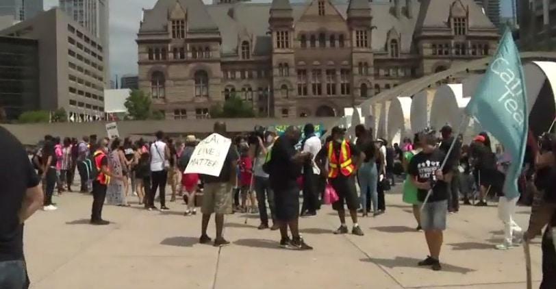 تظاهرات فى تورنتو للمطالبة بإنهاء العنصرية تجاه السود داخل المدارس