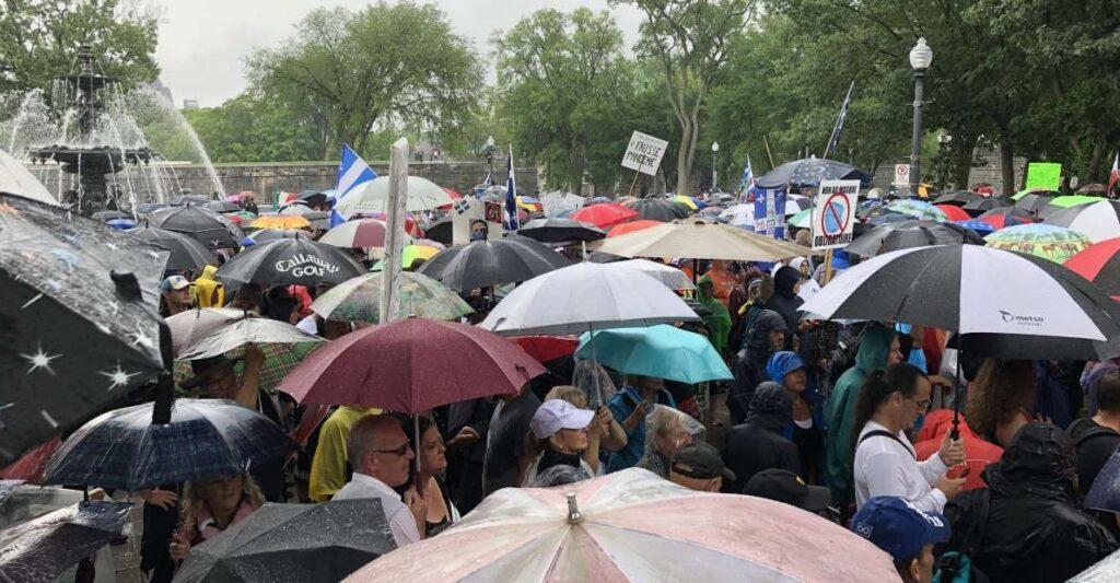 شرطة كيبيك ما بين السماح بالتظاهر والالتزام بالإجراءات الصحية