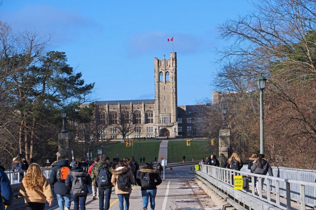 أونتاريو تغلق طلبات التقدم لخريجى الماجستير للإقامة بعد فتحها بنفس اليوم