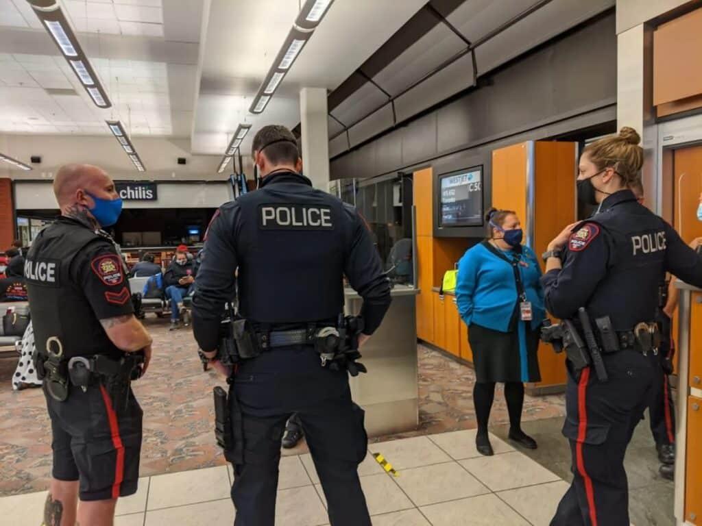 إلغاء رحلة جوية فى كندا بعد مشادة بسبب قناع الوجه