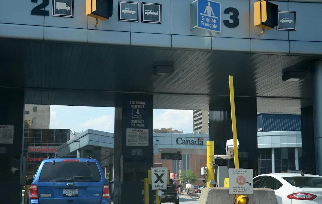 برغم القيود المفروضة على الحدود فى كندا يوجد أكثر من 2 مليون مسافر