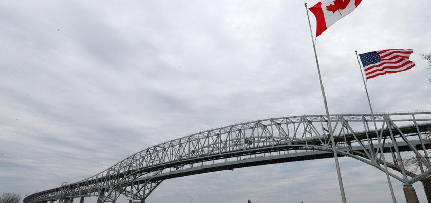 حث المشرعون الأمريكيون كندا بتخفيف القيود الحدودية على سكان المعزل