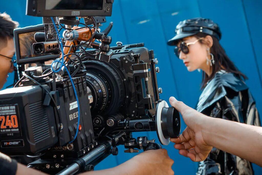 عمال التلفزيون والسينما الأجانب مؤهلون للحصول على أولوية المعالجة فى كندا