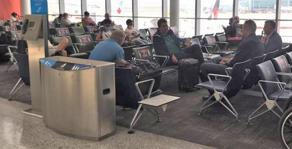 رصد مسئولون كبار فى مطار تورنتو بيرسون يكسروا قواعد إرتداء القناع