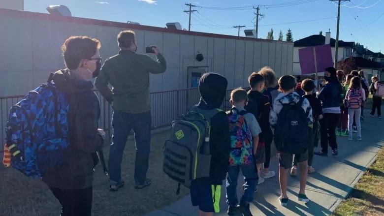 فصل دراسى فى الهواء الطلق استجابة لـ COVID-19 فى مدارس ألبرتا