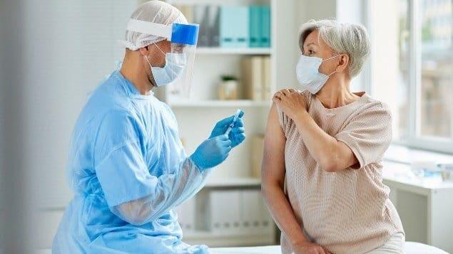 كندا تطلق برنامج خاص بالآثار الجانبية للقاح كوفيد-19 النادرة