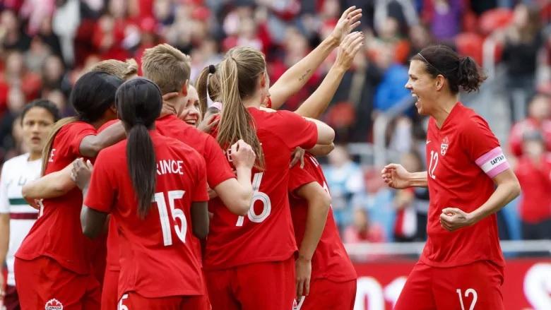 نجمة كرة القدم الكندية كريستين سنكلير تفوز بجائزة روزنفيلد للمرة الثانية