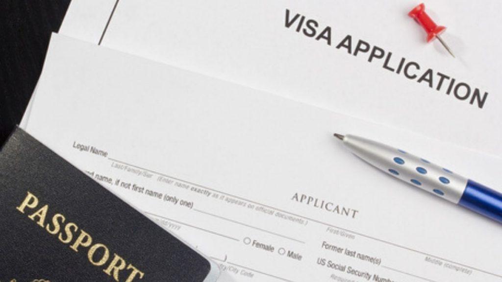 ترامب يمدد تجميد بعض تأشيرات العمل