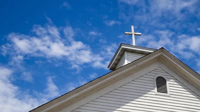 تواصل الكنائس وسلطات المقاطعات الاشتباك بشأن الخدمات الداخلية