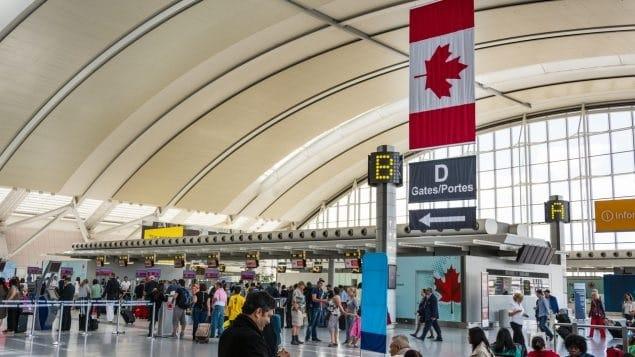 كندا تفرض إجراءات حجر صحي أكثر صرامة على المسافرين