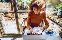 يمكن للطلاب الدوليين الآن إجراء 100٪ من الدراسات عبر الإنترنت و الحصول على تصريح العمل بعد التخرج