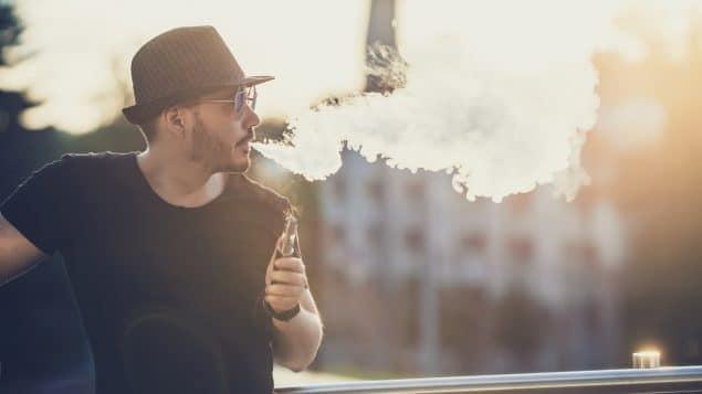 يختلف الكنديون الأصغر والأكبر سناً فى كيفية تدخينهم