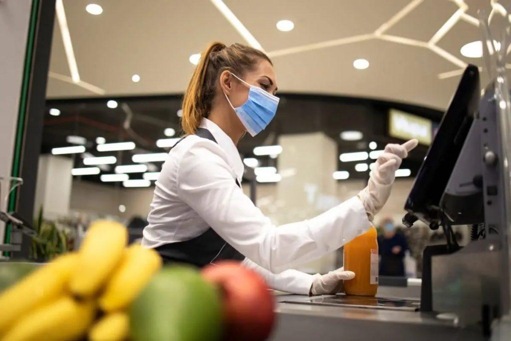 تنخفض العمالة حيث تطبق كندا تدابير صحية أكثر صرامة